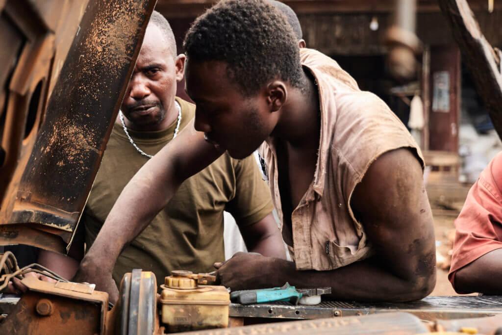 Einheimischer Mechaniker flickt den Landi