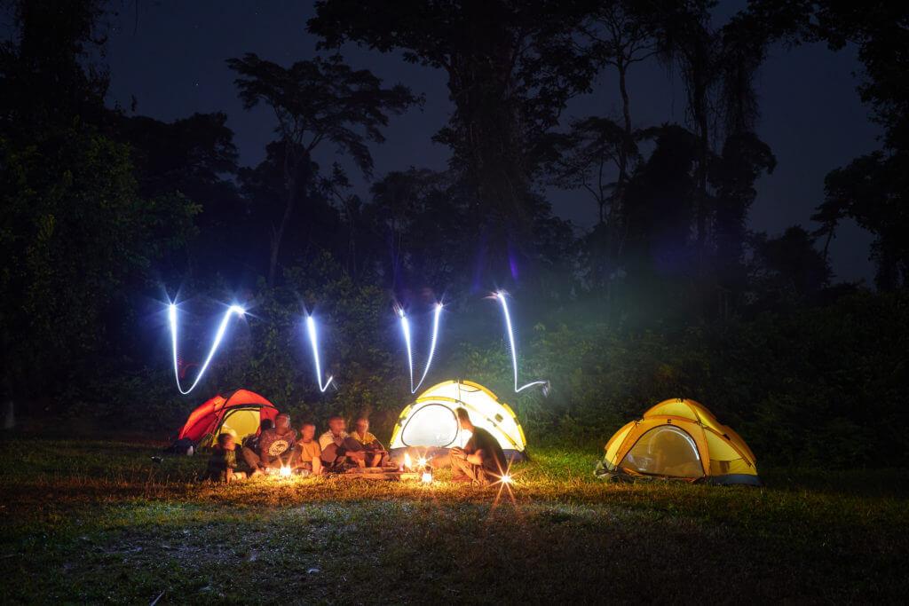 Das Expeditions-Team zeltet vor dem Tor zum Dschungel