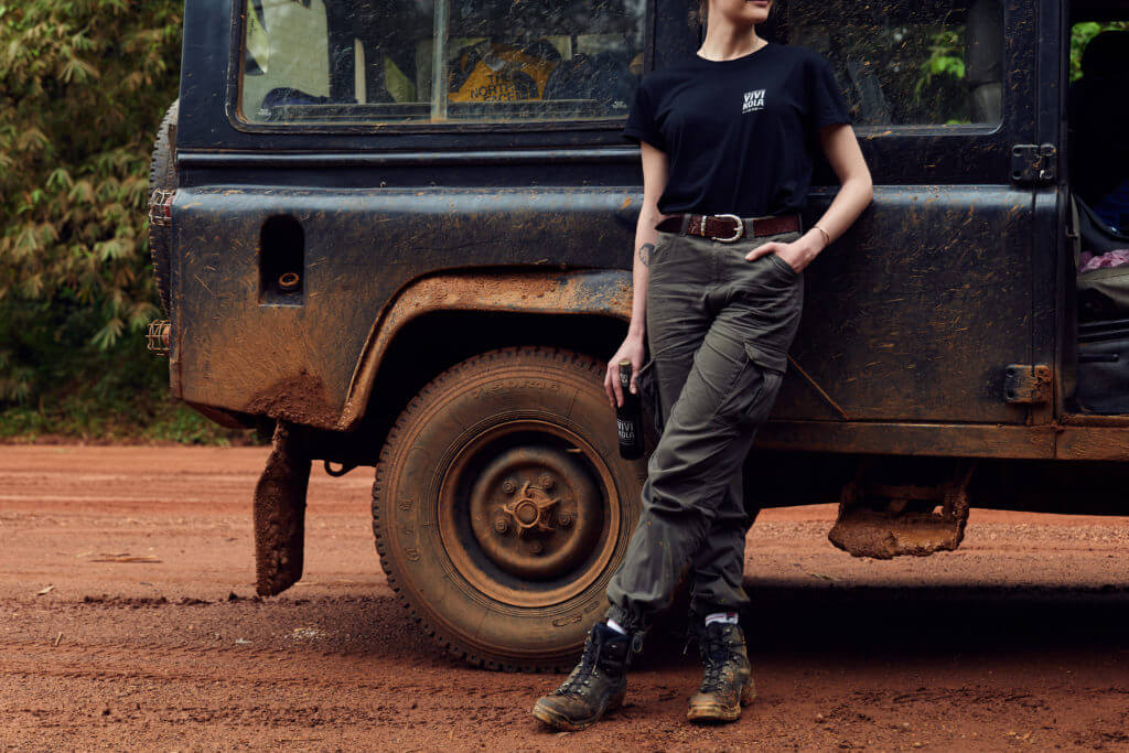 Alexandra posiert für Vivi Kola am Land Rover