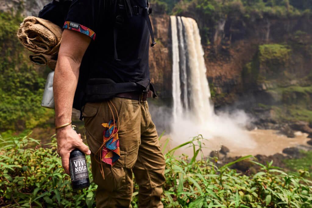 Christian posiert mit einer Vivi Kola Flasche
