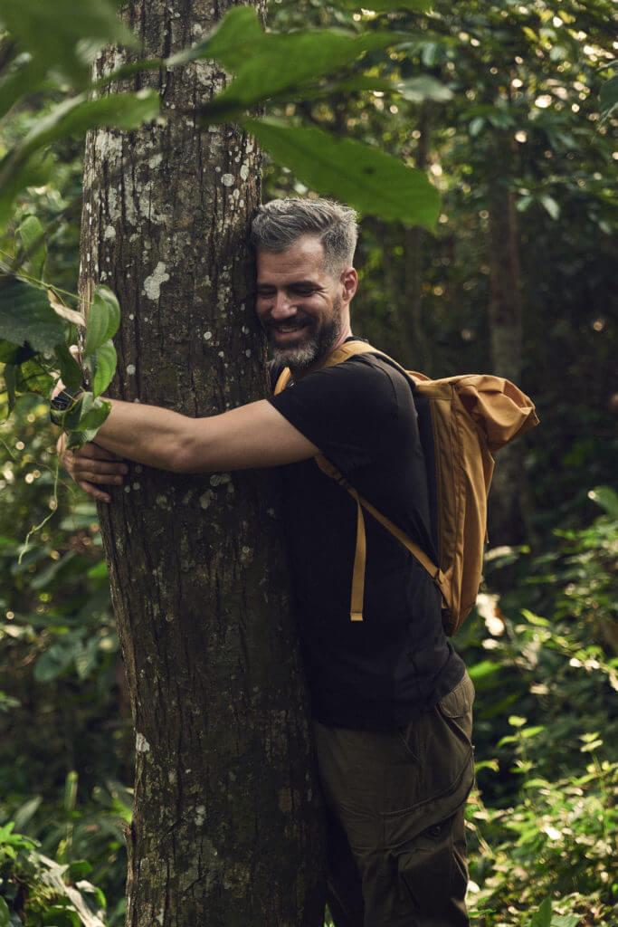 Christian umarmt seinen ersten Kola Baum in seinem Leben